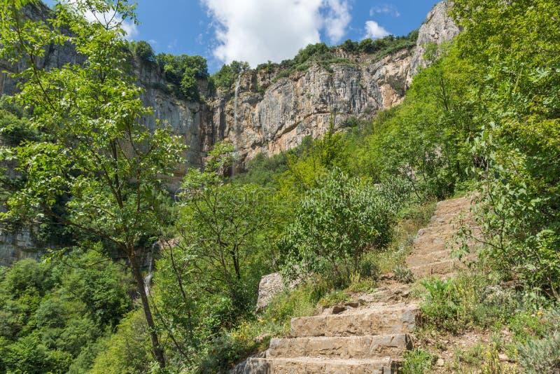 Landskap med vattenfallet Skaklya nära byar av Zasele och Bov på den Vazov slingan, Balkan berg, Bulgarien royaltyfria foton