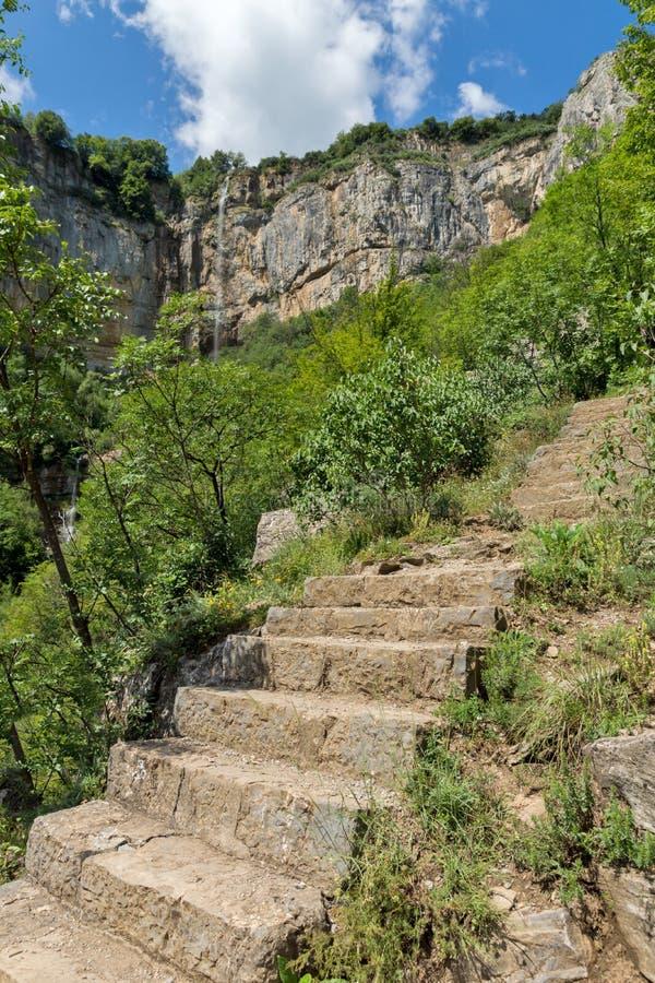 Landskap med vattenfallet Skaklya nära byar av Zasele och Bov på den Vazov slingan, Balkan berg, Bulgarien arkivfoton