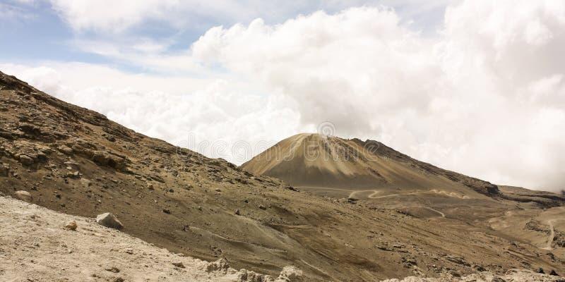 Landskap med vulkan. Hed. Den naturliga medborgare parkerar snow. Andean royaltyfria bilder