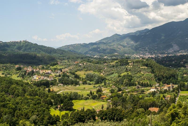 Landskap nära Camaiore (Tuscany) fotografering för bildbyråer