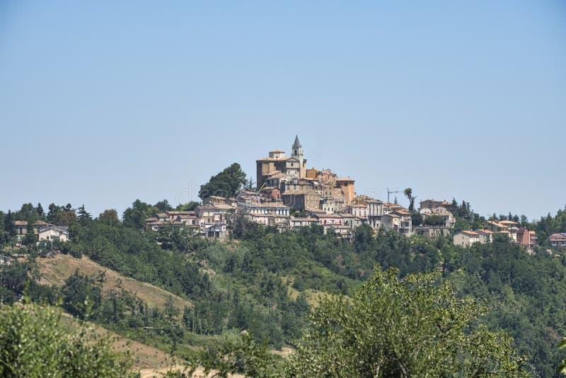 Landskap nära Teramo Abruzzi på sommar fotografering för bildbyråer