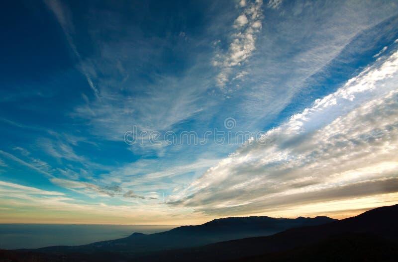 Landskap naturbakgrund, moln i aftonhimmel royaltyfria bilder