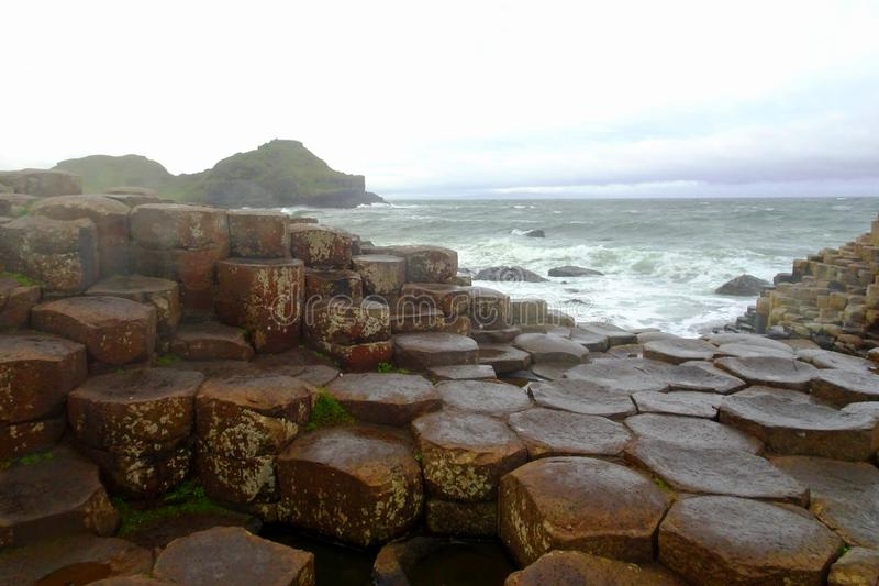 Landskap på berömda GiantÂ'sens vägbank i norden av Irland royaltyfri fotografi