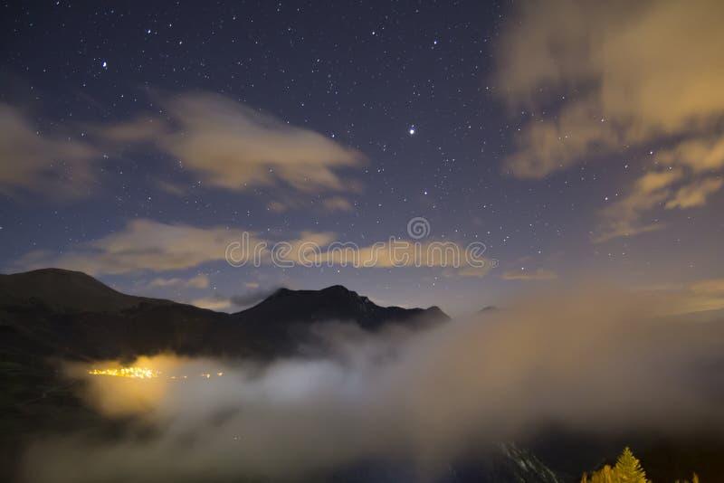 Landskap på natten, med stjärnor royaltyfri bild