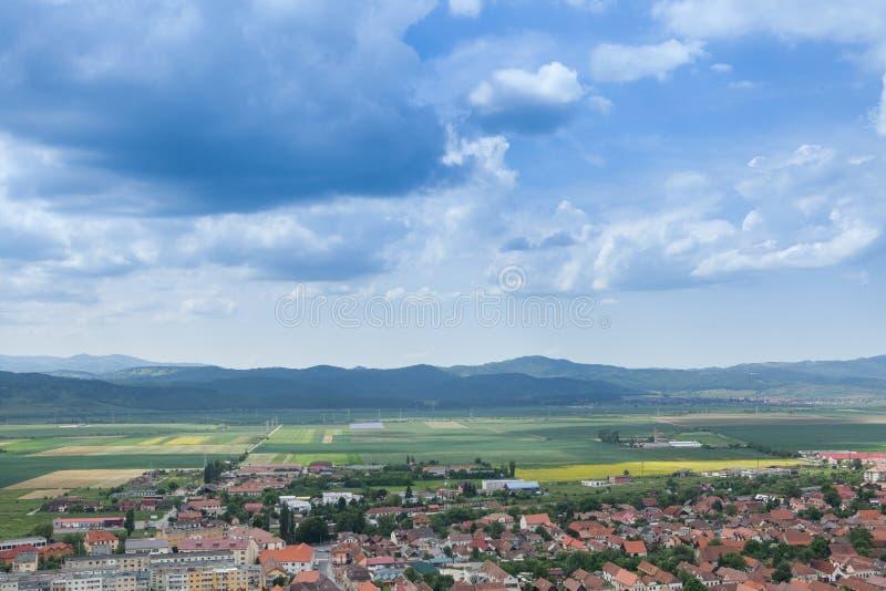 Landskap panorama över en bergstad i spingen royaltyfri bild