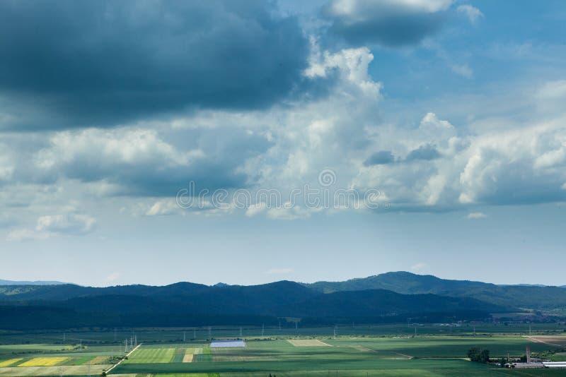 Landskap panorama över en bergstad i spingen royaltyfri fotografi