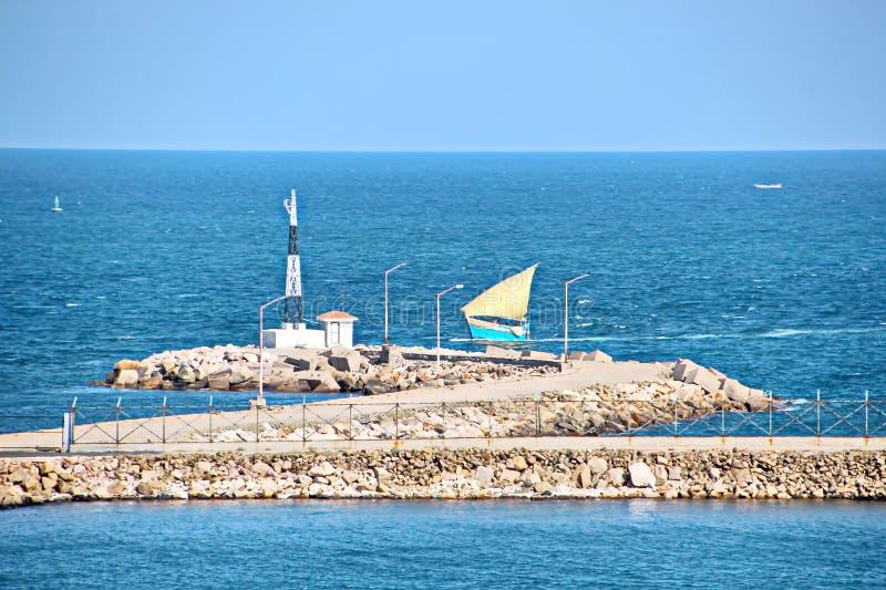 Landskap, panoramautsikter av kustlinjen och porten från skeppet på ankaret och i port royaltyfri bild