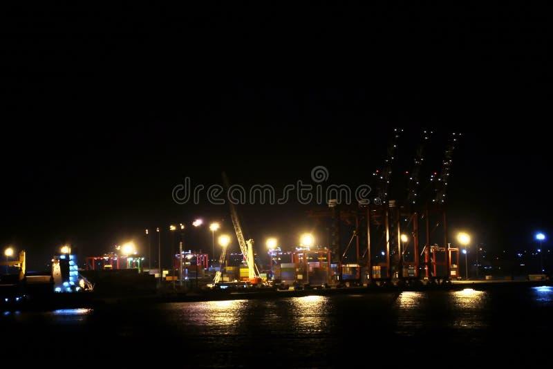 Landskap, panoramautsikter av kustlinjen och porten från skeppet på ankaret och i port fotografering för bildbyråer