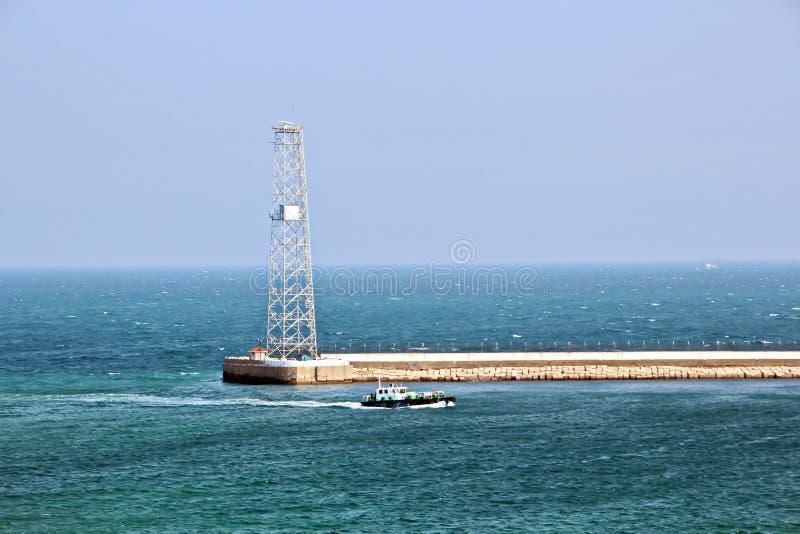 Landskap, panoramautsikter av kustlinjen och porten från skeppet på ankaret och i port arkivfoton