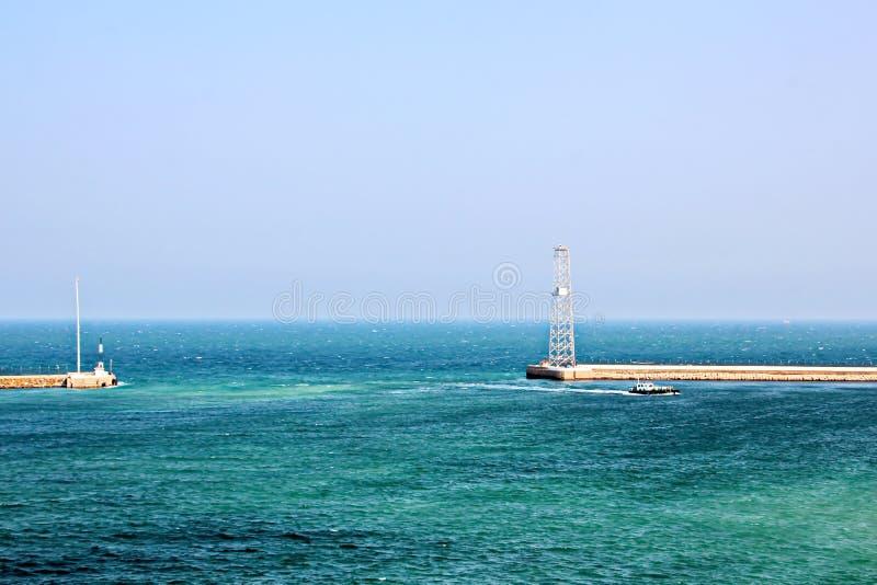 Landskap, panoramautsikter av kustlinjen och porten från skeppet på ankaret och i port arkivbild