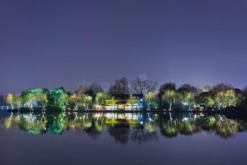 Landskap reflekterade i den västra sjön på natten, Hangzhou, Kina royaltyfri bild