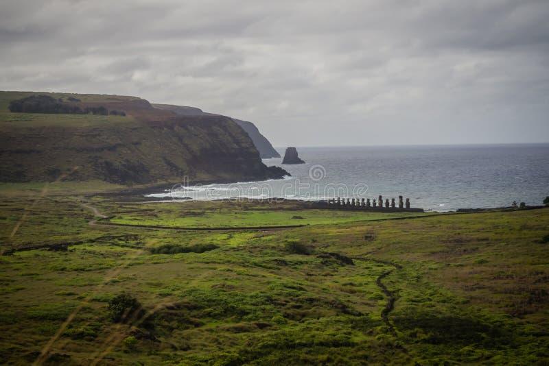 Landskap sikten av Ahu Tongariki av de 15 moaisna i påskön royaltyfria bilder