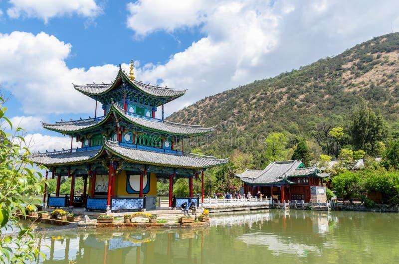 Landskap sikten av den svarta Dragon Pool, det är ett berömt damm i den sceniska Jade Spring Park som lokaliseras på foten av ele royaltyfri fotografi