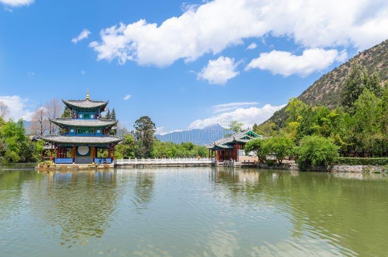 Landskap sikten av den svarta Dragon Pool, det är ett berömt damm i den sceniska Jade Spring Park som lokaliseras på foten av ele arkivbild
