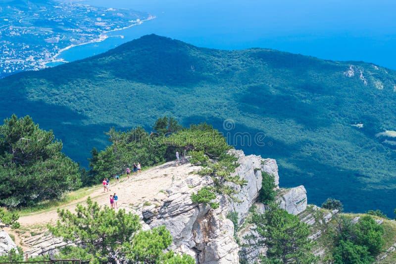 Landskap sikten av den sydliga Krim kustlinjen från detPetri berget royaltyfria bilder