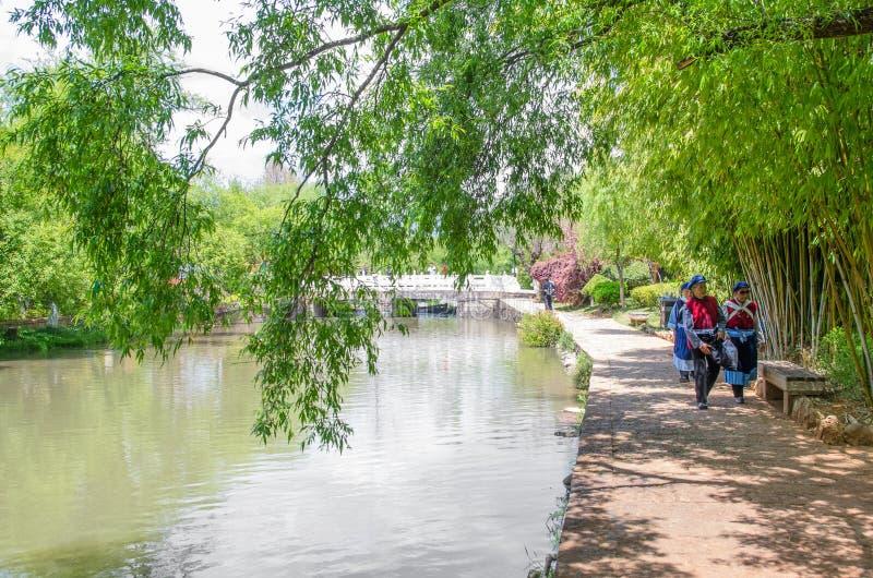 Landskap sikten av Jade Spring Park som namnges också Heilongtan, parkerar, det lokaliseras på foten av elefantkullen, Lijiang Ki arkivbild