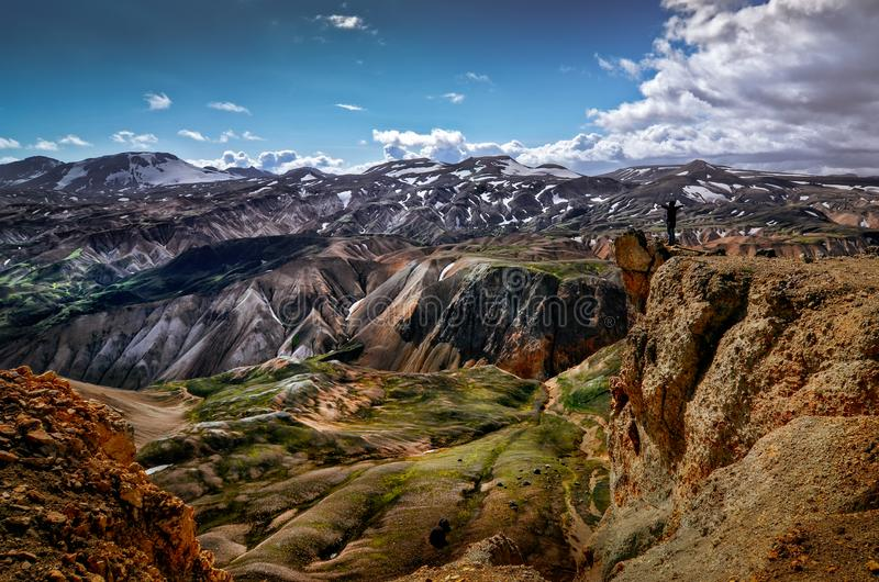 Landskap sikten av Landmannalaugar färgrika vulkaniska berg, Island royaltyfri foto