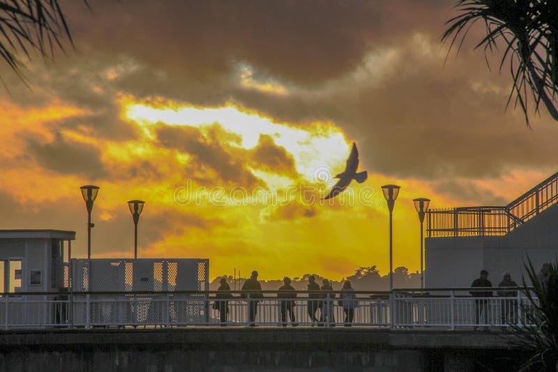 Landskap sikten av solnedgången från en kust- stad arkivbilder