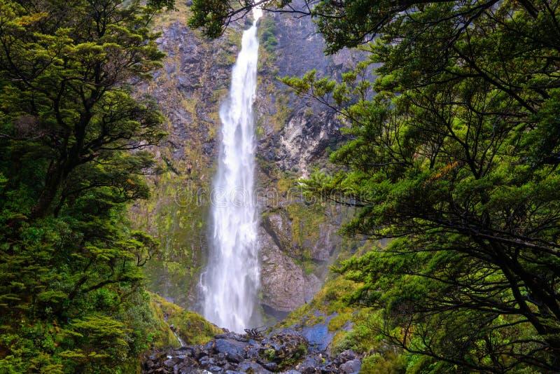Landskap sikten av vattenfallet för punchbowl för jäkel` s, passerandet för Arthur ` s, NZ royaltyfria bilder