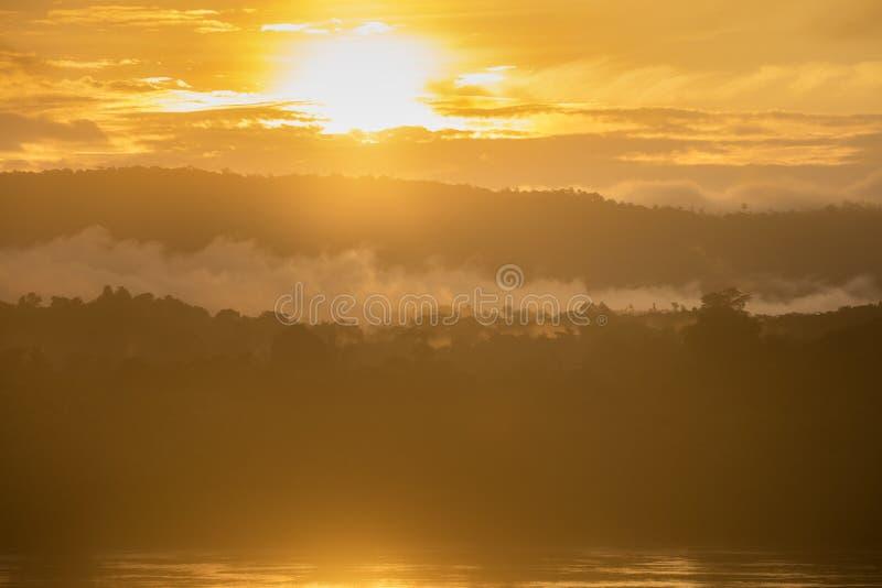 Landskap soluppgång och mist på Mekong River den härliga morgonen fotografering för bildbyråer
