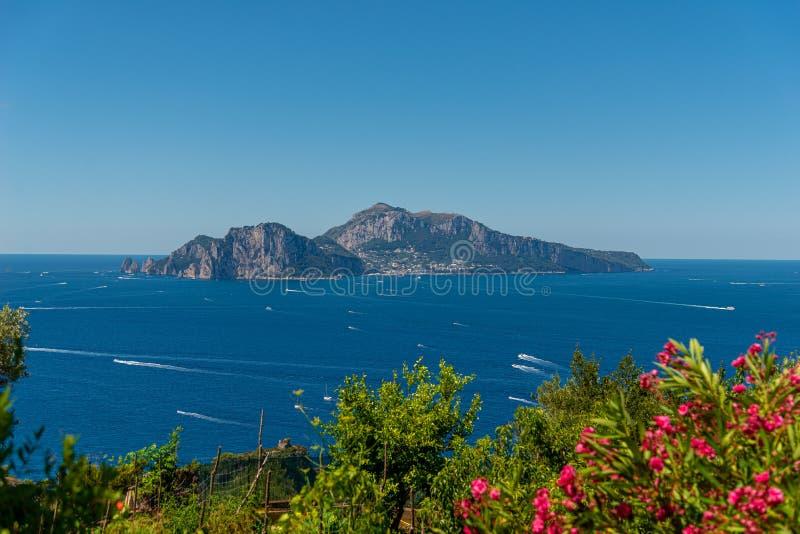 Landskap som visar den Capri ön som inramas av havet och himmel som tas på en sommardag royaltyfria foton