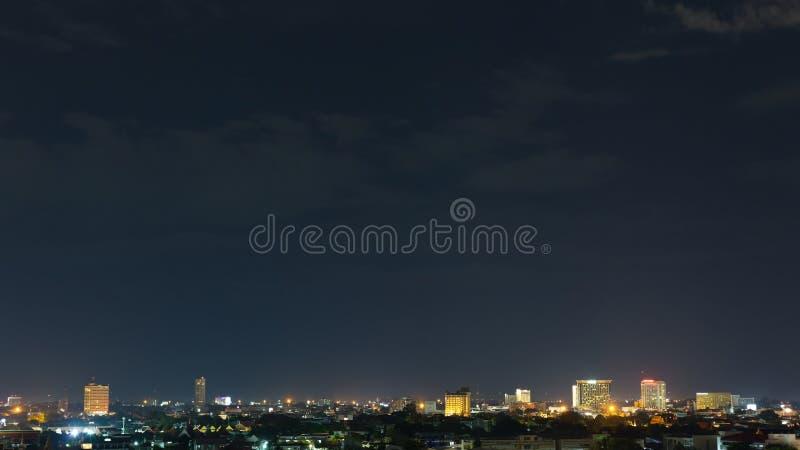 Landskap stadsnatten med dramatisk lynnig mörk himmel arkivfoton