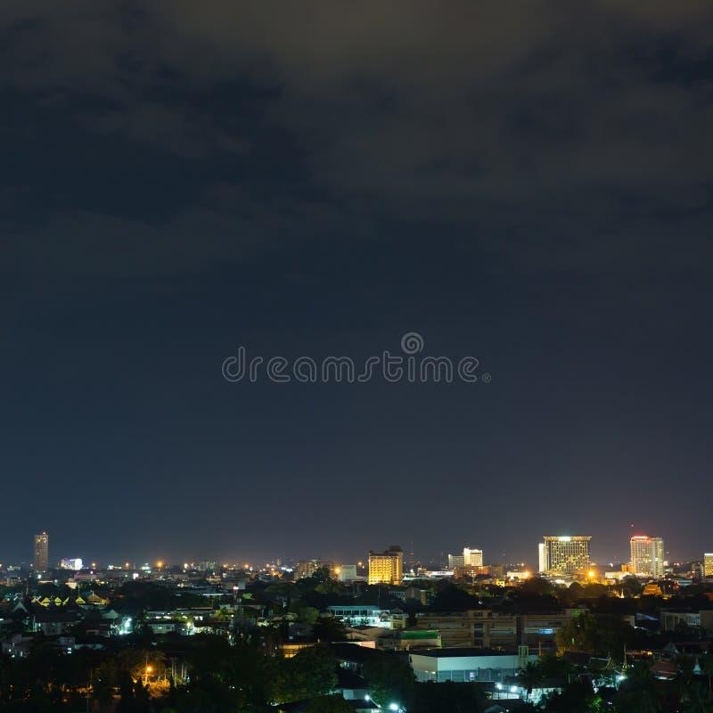 Landskap stadsnatten med dramatisk lynnig mörk himmel royaltyfri fotografi