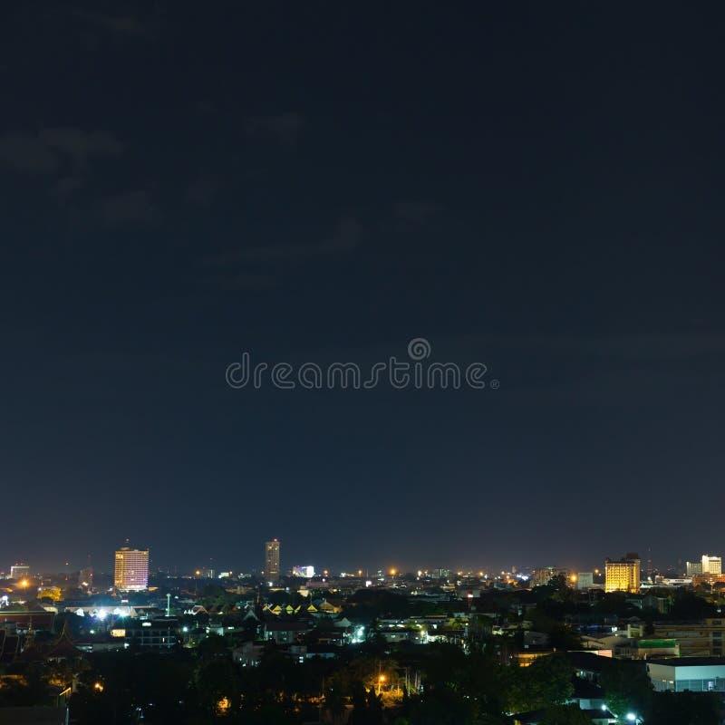 Landskap stadsnatten med dramatisk lynnig mörk himmel fotografering för bildbyråer