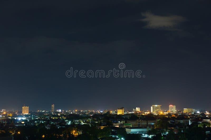 Landskap stadsnatten med dramatisk lynnig mörk himmel royaltyfria bilder