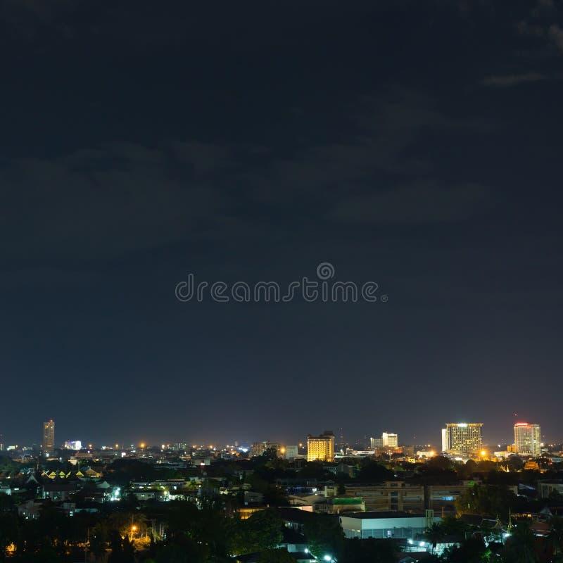 Landskap stadsnatten med dramatisk lynnig mörk himmel arkivbild