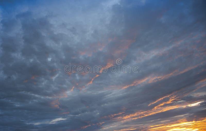 Landskap sunlit molnig sky royaltyfri fotografi