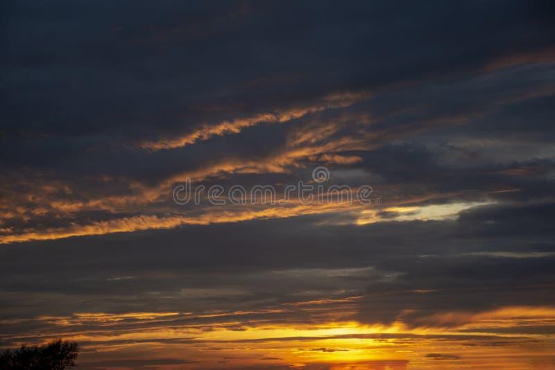 Landskap sunlit molnig sky arkivfoto