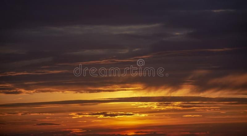 Landskap sunlit molnig sky arkivbild