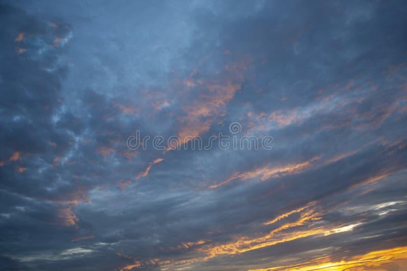 Landskap sunlit molnig sky arkivbilder