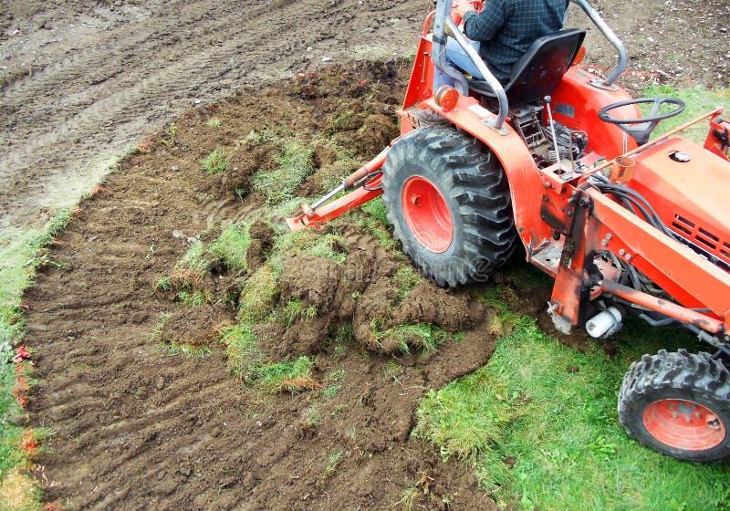 Emoving torva för traktor arkivfoto