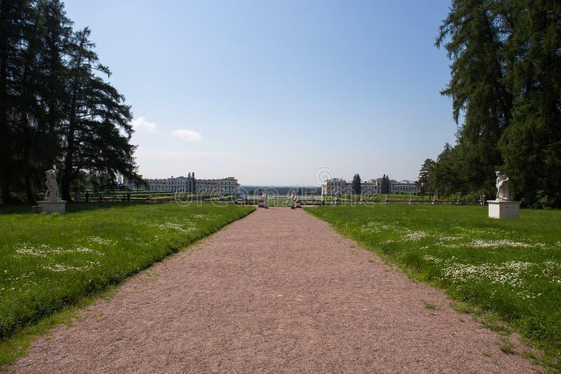 Landskap vägen i parkera som leder till slotten Byn av Arkhangelsk Ryssland royaltyfri fotografi
