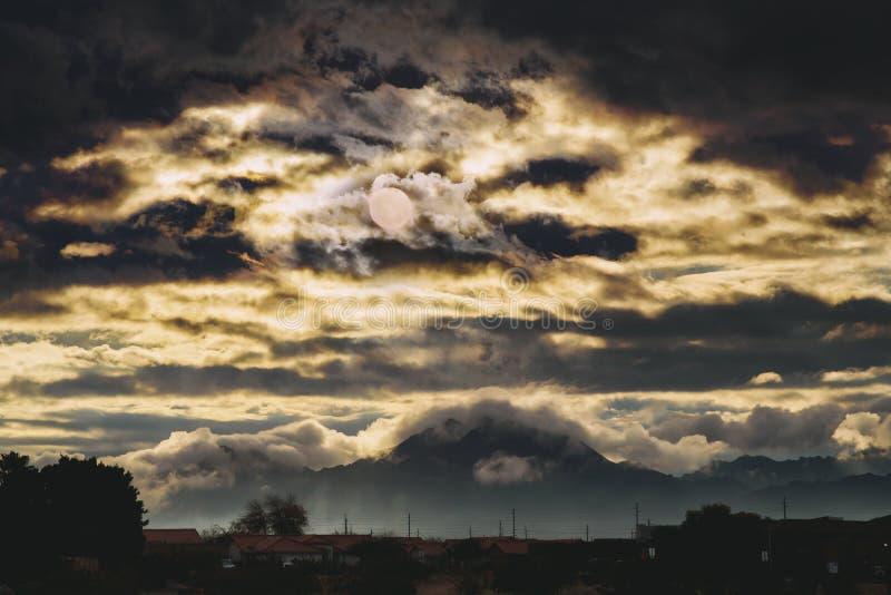 Landskapberg på soluppgång i de amerikanska sydvästerna arkivfoto