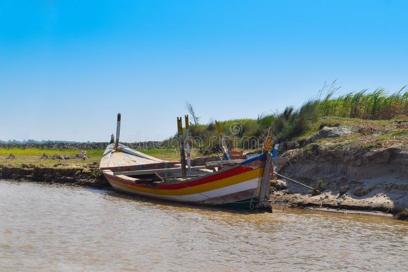 Landskapbild av ett fartyg i floden indus royaltyfria bilder