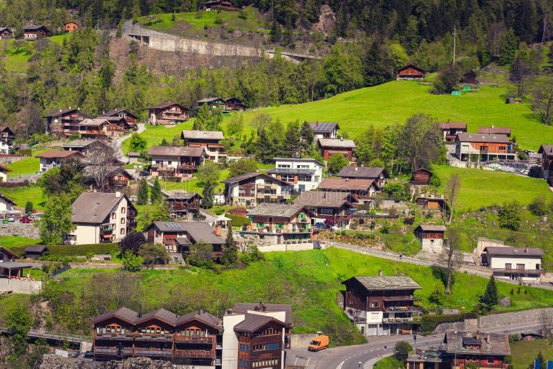 Landskapbygdby på Visp, Schweiz , Cityscape och naturlig landskapkulle av schweiziska fjällängar, loppdestination och royaltyfri bild