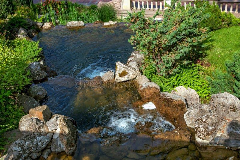 Landskapdesign av en dekorativ vattenfall arkivfoto