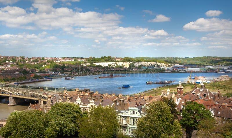 Landskapet av den Rochester staden inkluderar omkring floden Kent och yachtklubban royaltyfri foto