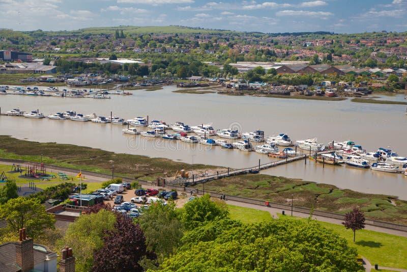 Landskapet av den Rochester staden inkluderar omkring floden Kent och yachtklubban royaltyfria foton