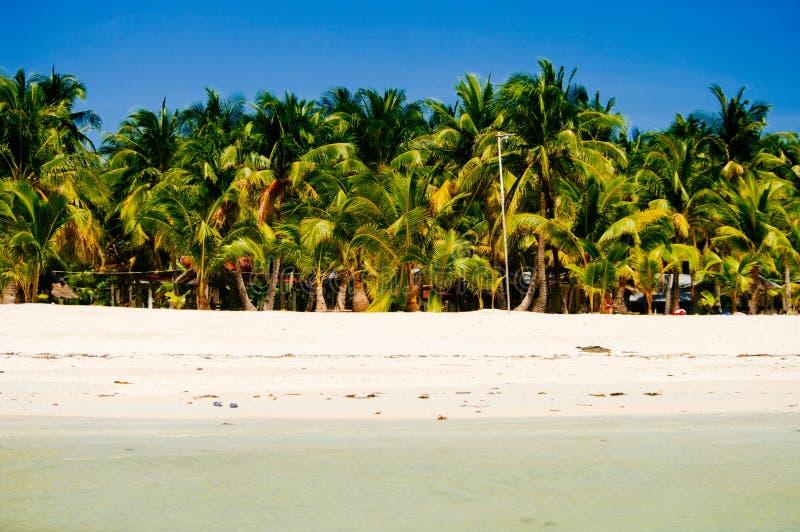 Landskapet av den tropiska ön för paradiset med gömma i handflatan och den vita sandstranden royaltyfria bilder