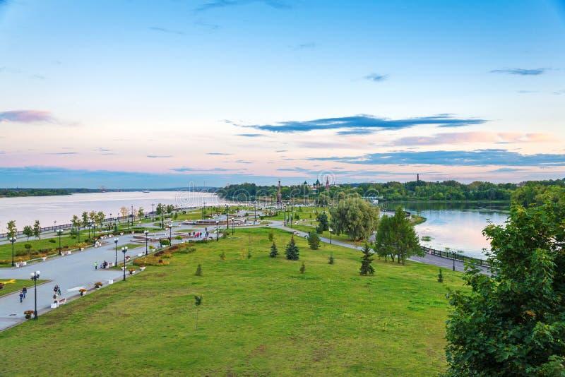 Landskapet av parkerar och Volga River i den Yaroslavl staden (stad av Rus royaltyfri bild