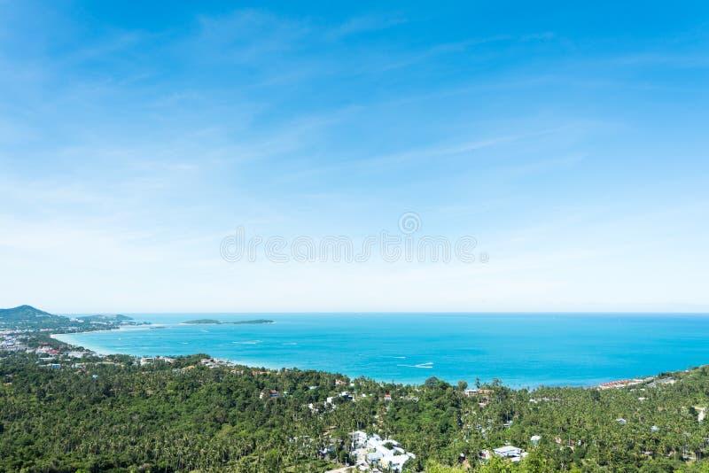Landskapet av seascape och fjärd med staden och skogen av kokosnöten royaltyfria foton