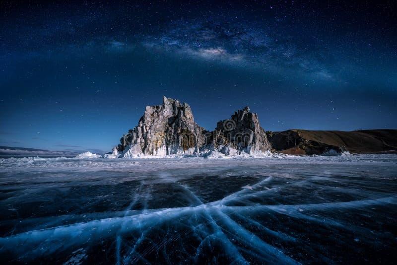 Landskapet av Shamanka vaggar och den mjölkaktiga vägen på himmel med naturlig brytande is i djupfryst vatten på Lake Baikal, Sib arkivfoto