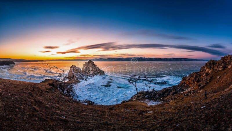 Landskapet av Shamanka vaggar p? solnedg?ngen med naturlig brytande is i djupfryst vatten p? Lake Baikal, Sibirien, Ryssland arkivbild