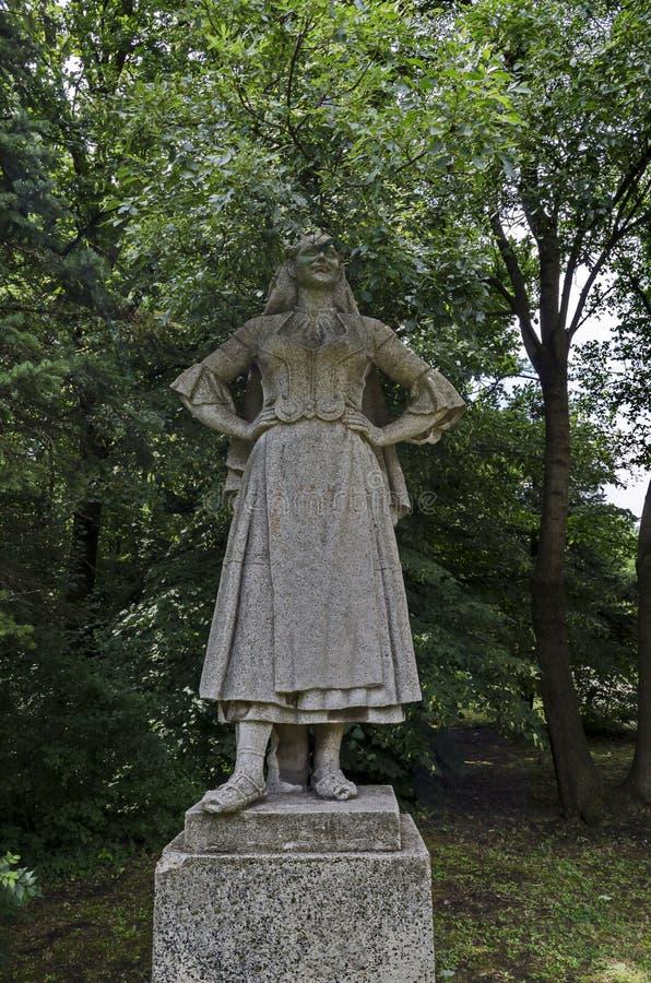 Landskapet av sommarnaturen med lövskogen och den gamla övergav statyn av den bulgarian kvinnan, i det naturliga gamla västra par royaltyfria foton