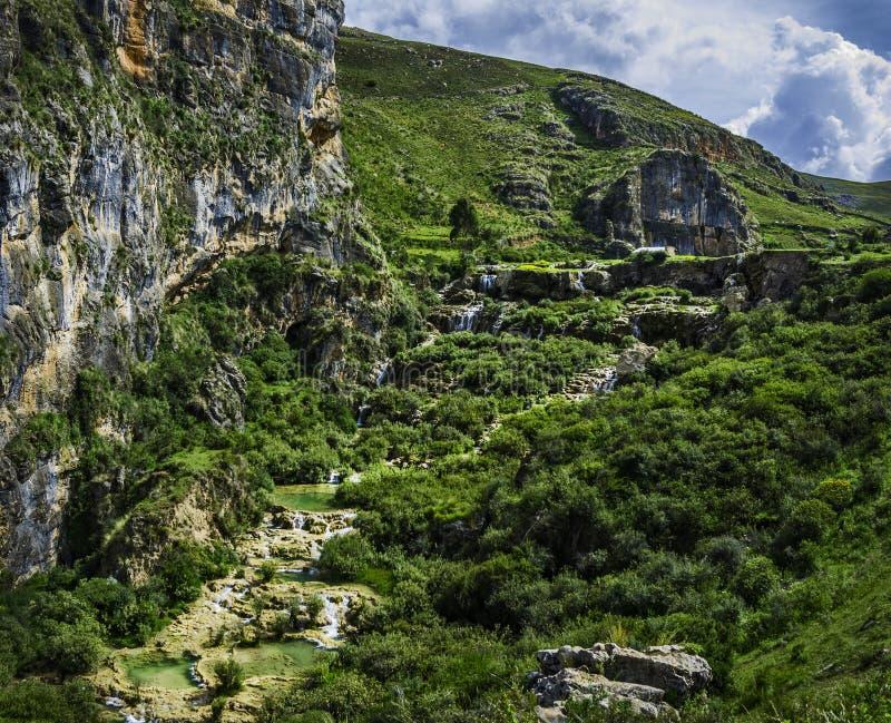 Landskapet av turkos slår samman kallade Millpu och en beauitful trädgård i berget av Peru arkivfoto