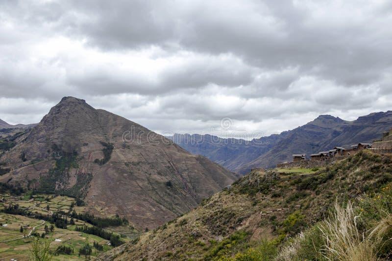 Landskapet med gröna Andean berg och incaen fördärvar på den fotvandra banan i arkeologiska Pisac parkerar, Peru arkivfoto